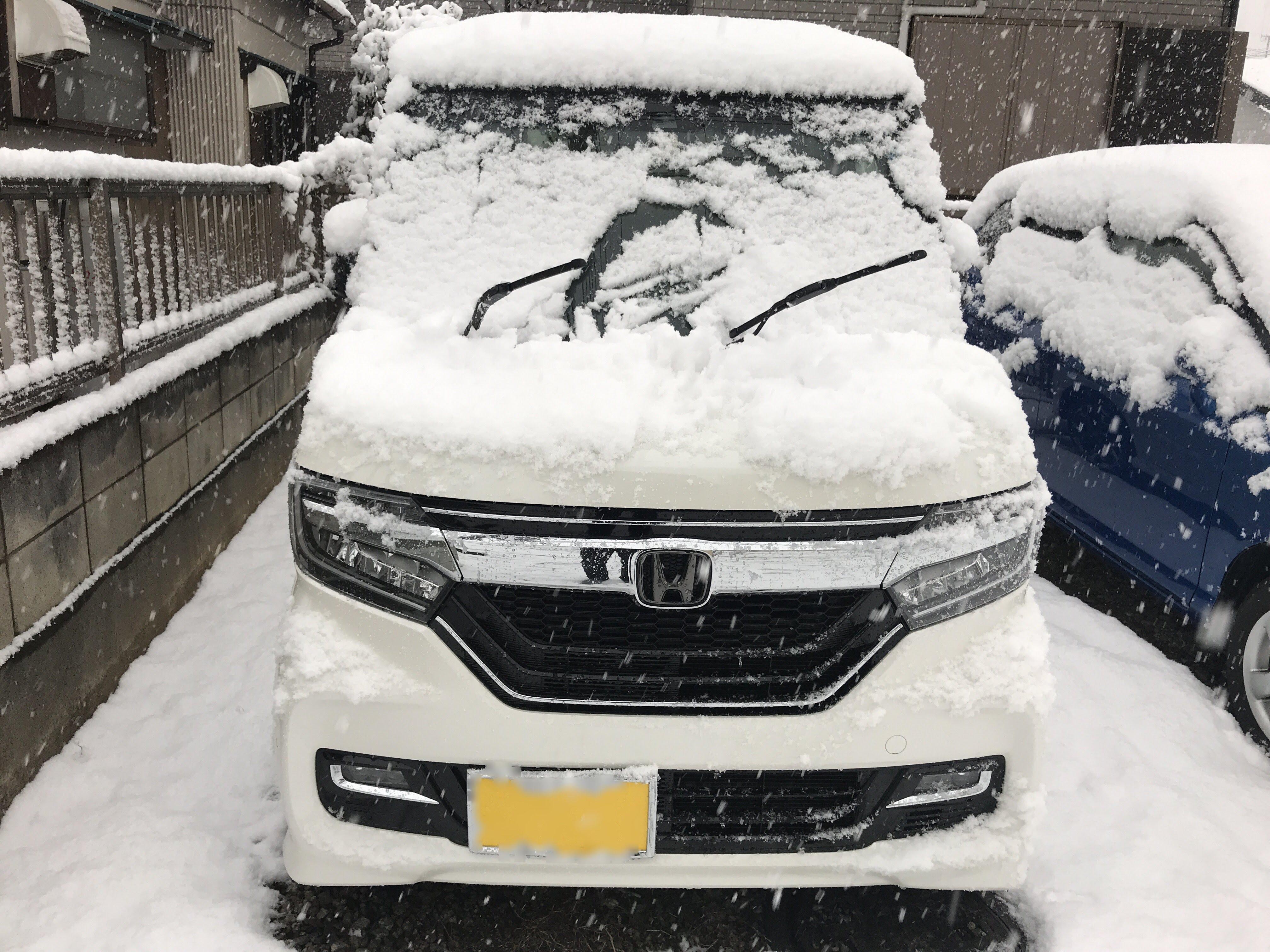 数年ぶりの大雪なのでワイパーを立てておきました^^;My N-BOXはツートンカラーからホワイト一色のボディへw