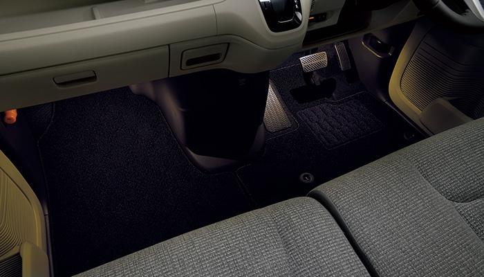 新型N-BOXカスタムはLEDフットライトが標準装備!