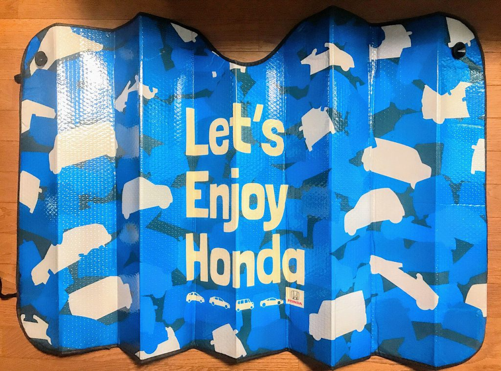 ディーラーでホンダカーズのオリジナルデザイン柄サンシェードをもらいました^^