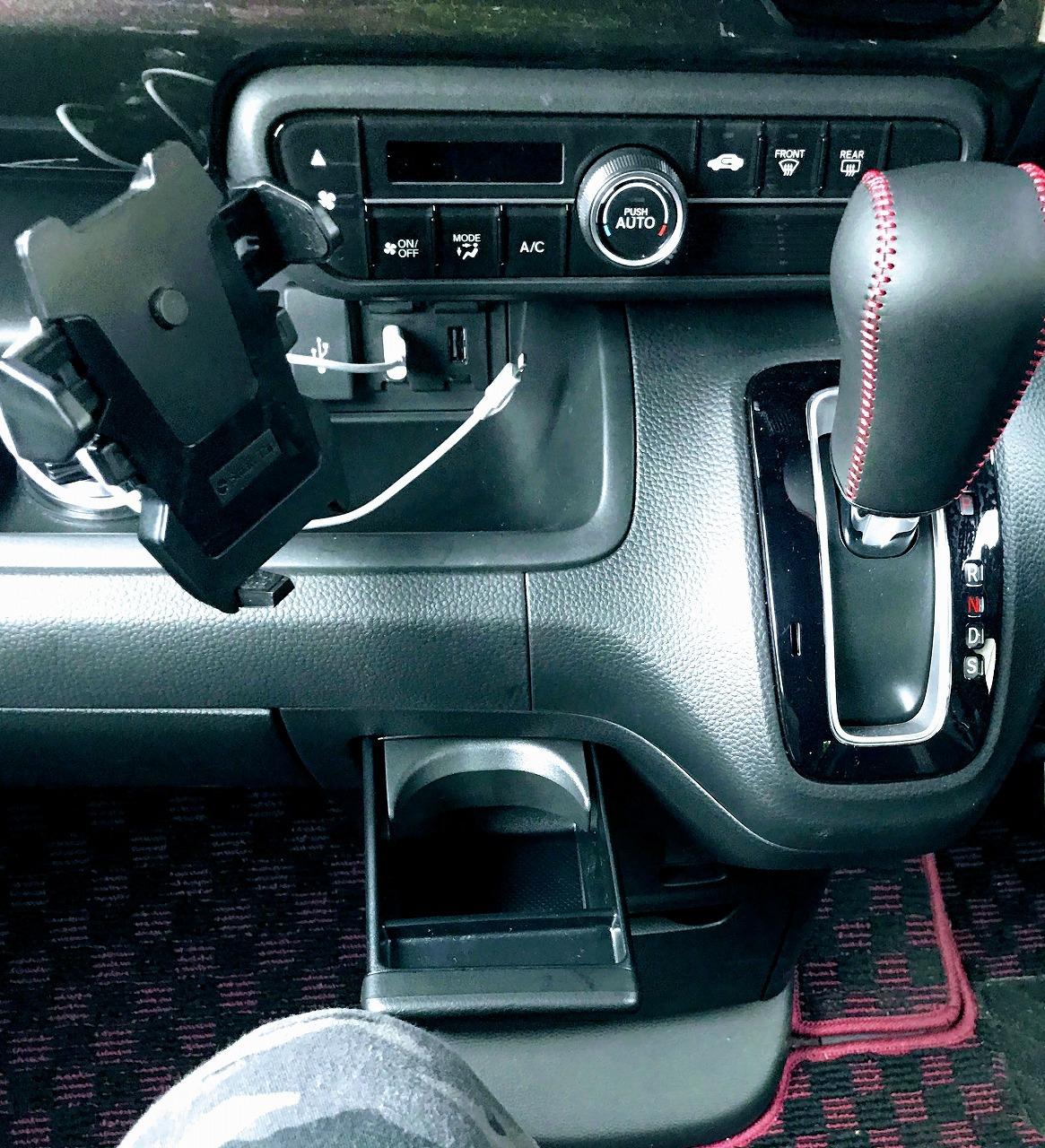 新型N-BOXベンチシートモデルの助手席の紙パックが入るカップホルダーがひざに当たる?