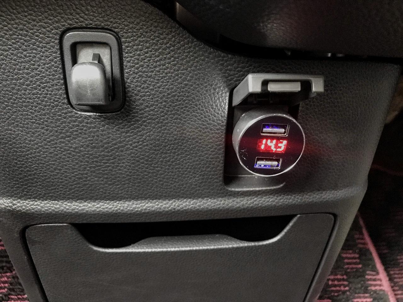 シガーソケットに挿すバッテリー電圧計付きのUSBカーチャージャーを買ってN-BOXで試してみた^^