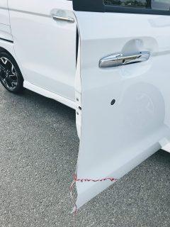 N-BOXのドア開閉時のキズ防止に透明のドアエッジモールを取り付けています。
