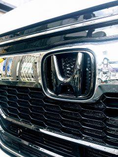 N-BOXカスタムを洗車しました♪白い車(プラチナホワイト・パール)は黒い縦筋汚れの水垢が目立ちますね^^;