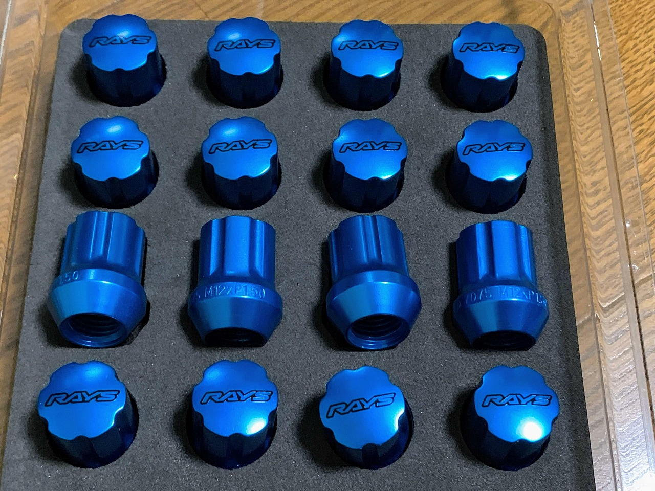 軽量鍛造ホイールで有名なRAYSの超々ジュラルミン7075の鮮やかなブルーのジュラルミンナットセットを購入しました♪