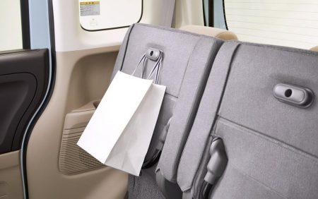 新型N-BOXカスタム(JF3,JF4)の後部座席のスライドリアシートに隠しフックが・・・知りませんでした^^;