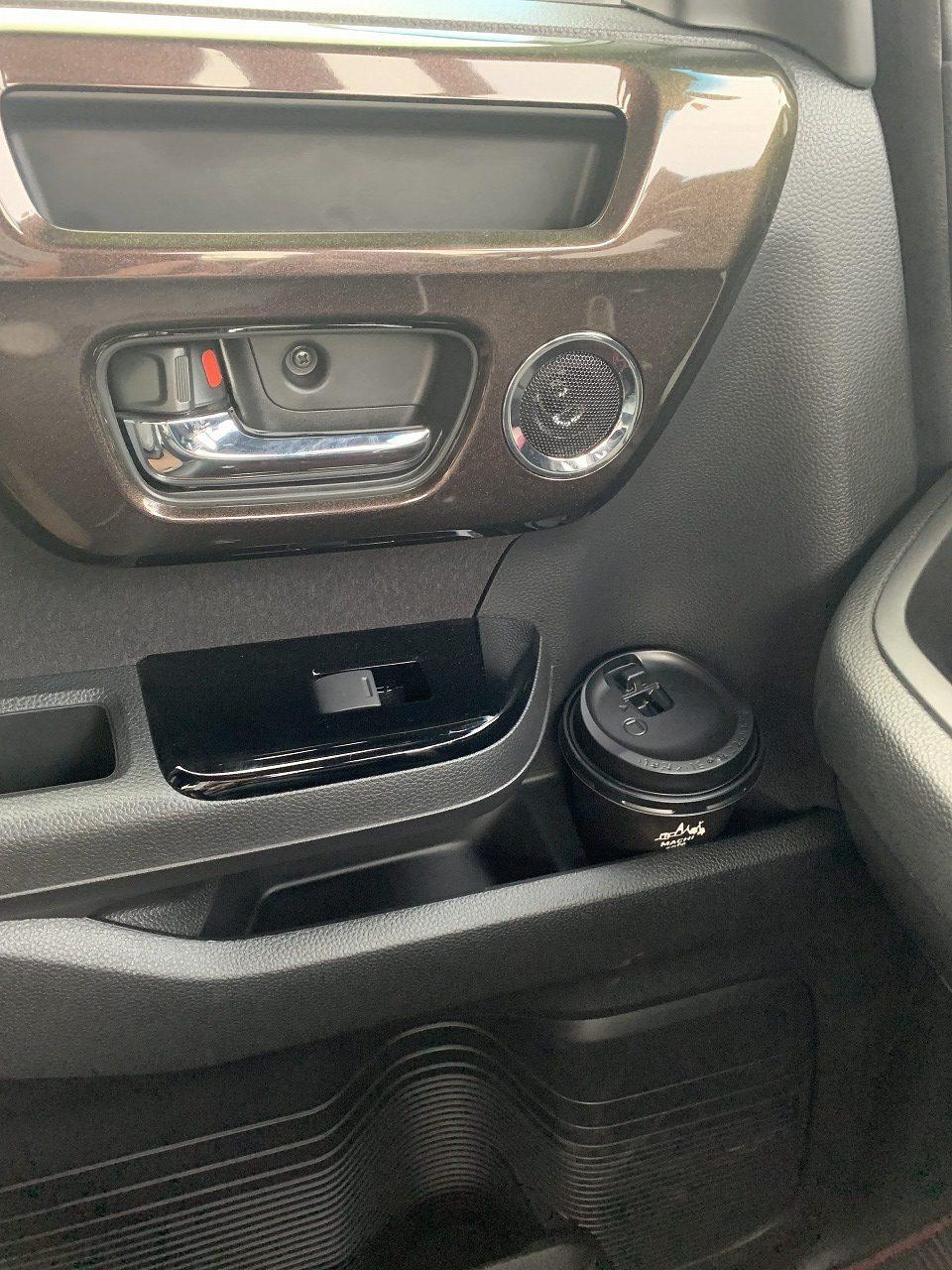 N-BOXの助手席ドアのミドルポケットのドリンクホルダーは紙コップを入れると大変なことに(汗・・・