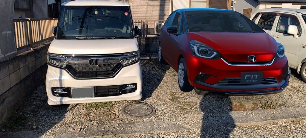 駐車場で愛車のN-BOXカスタムと新型フィットを並べてみた^^