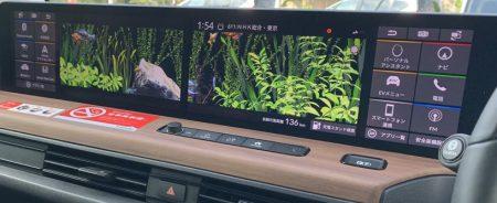 「Honda e」のワイドスクリーンディスプレイは水槽表示だけでなく魚たちに餌をあげることもできる!!動画あり