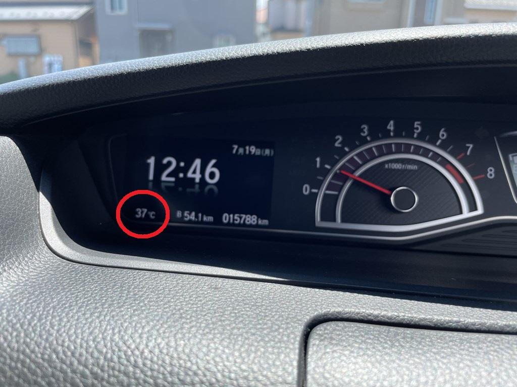 梅雨明けでN-BOXカスタムの温度計は37度を記録・・・車内が暑すぎる。サンシェードは必須ですね(^_^;)