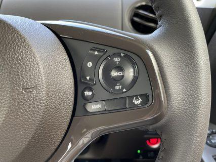 現行N-BOX(JF3)のステアリングの「MAINスイッチ」の位置が後期モデルで変更されています。