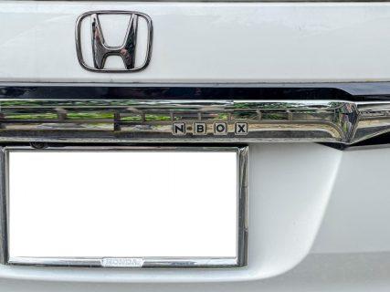 N-BOXカスタムのリアゲートガーニッシュの4つの四角いくぼみに「リアゲートボタンエンブレム」を装着しました!